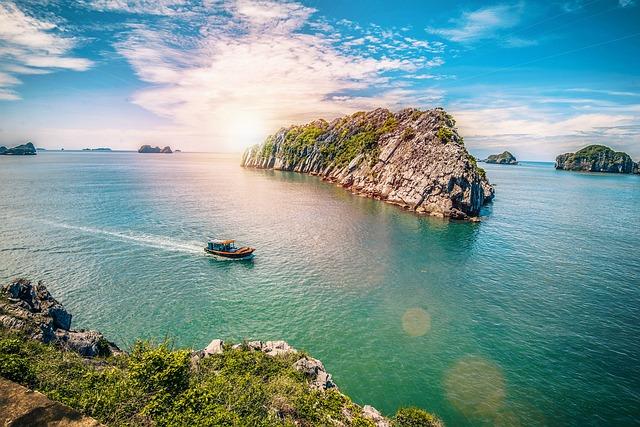 Khu sinh thái Cát Bà với bãi biển xinh đẹp